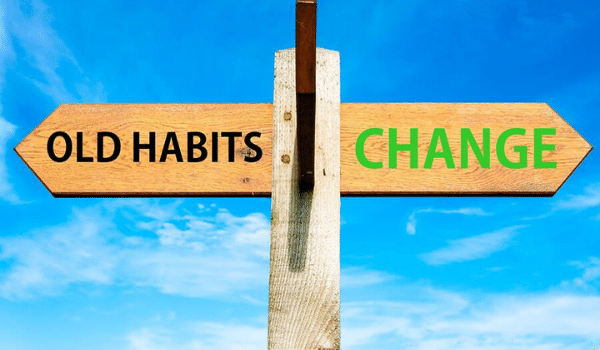 palo con cartelli Old Habits e Change