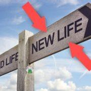Segnale stradale con indicazioni per cambiare vita: direzione vita nuova e vita vecchia