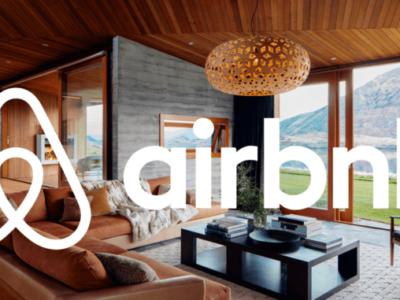 soggiorno sullo sfondo con logo airbnB in primo piano